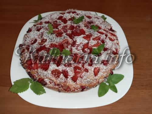 пирог на кефире с клубникй