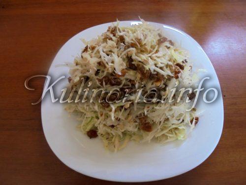 салат из капусты с изюмом и орехами