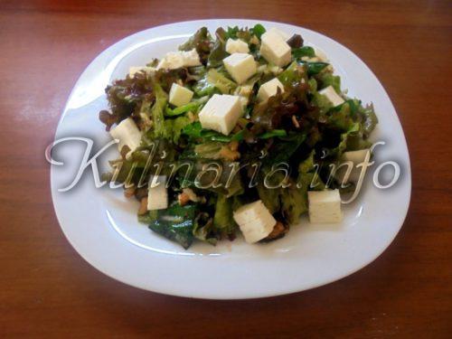 салат из листьев салата и сыра